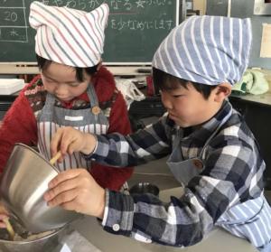 よもぎ餅を作る子供