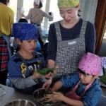 よもぎ餅を作る親子