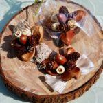 椿と木の実のブローチ