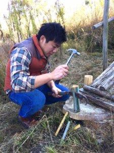 竹遊びに夢中になる大人